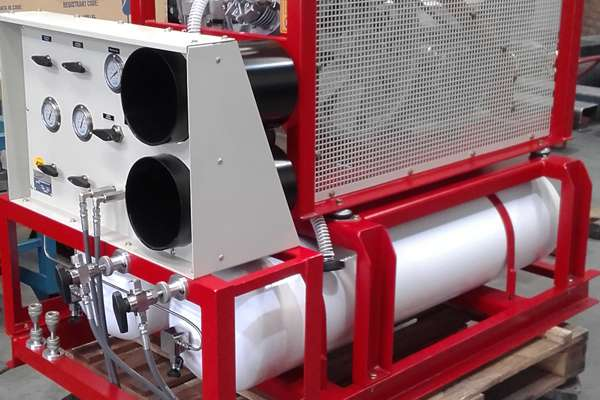 Equipo compresor y sistema de acumulación de aire respirable, en cascada, paquetizado para montaje sobre vehículo y/o tráiler.